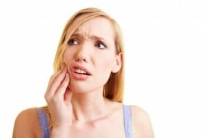 [Góc tư vấn] – Nên bọc răng sứ bị sâu hay trám răng là tốt nhất?