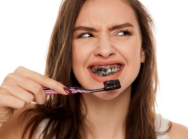cách tẩy trắng răng bằng than hoạt tính