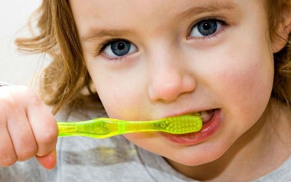 bé bị sún răng cửa, sún răng cửa, bé bị sún răng, trẻ bị sún răng, trẻ bị sún răng sữa