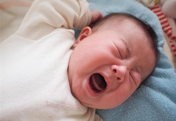thuốc bôi nanh sữa, hình ảnh bé bị nanh sữa, trẻ sơ sinh bị mụn trắng ở lợi, lợi trẻ sơ sinh có màu trắng, hình ảnh lợi của trẻ sơ sinh, lợi của bé có đốm trắng, mẹo chữa nanh sữa cho trẻ sơ sinh, chữa nanh sữa dân gian cho trẻ sơ sinh
