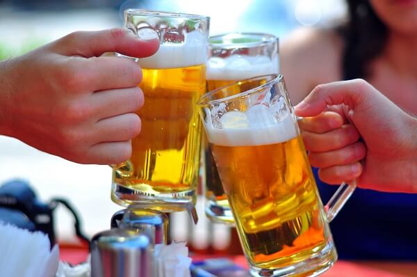 Tẩy trắng răng có được uống bia không?