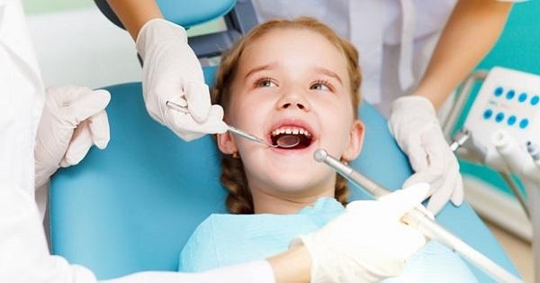Bé mọc răng khểnh có nên nhổ không